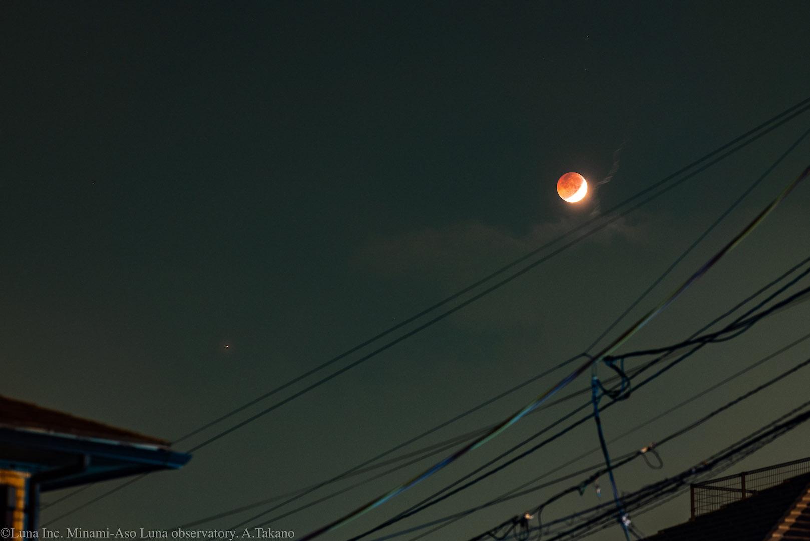 赤銅色の月(右)と大接近中の火星(左下小さな紅の星)。南阿蘇だけでなく、市街地からも広く観察されました。(熊本市内撮影)