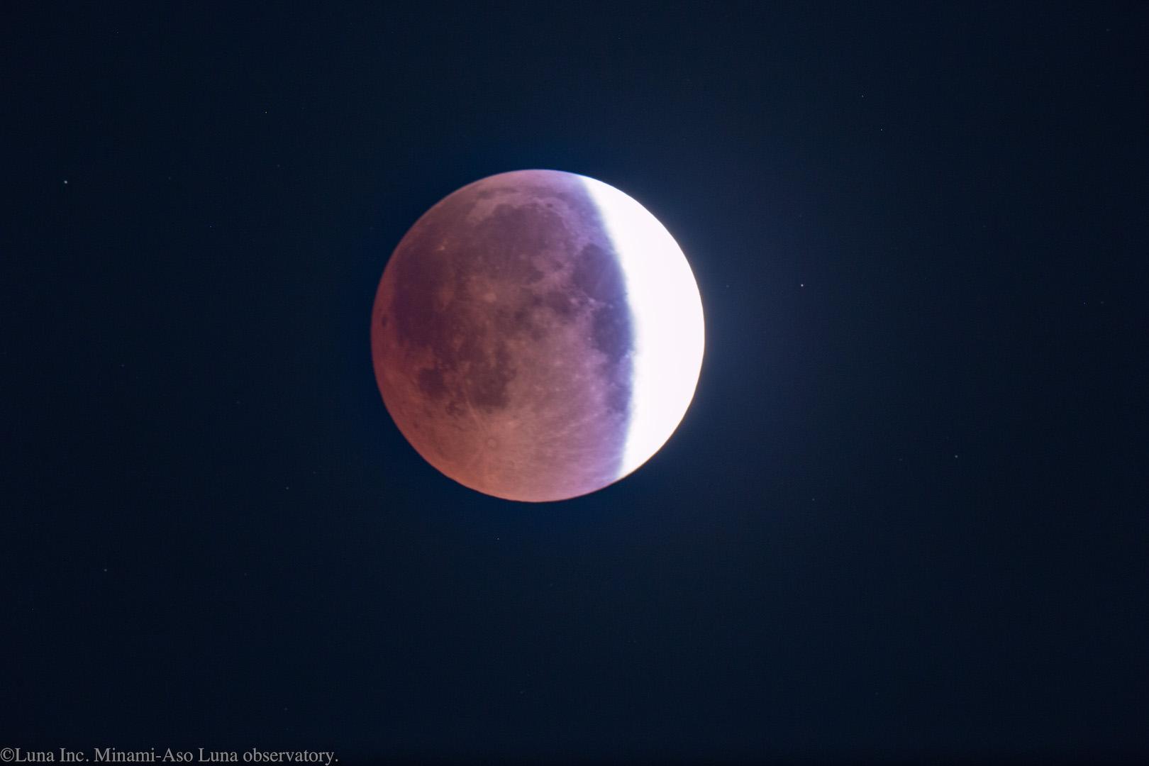 地球の影の影響で、向かって左側は赤く染まっています!