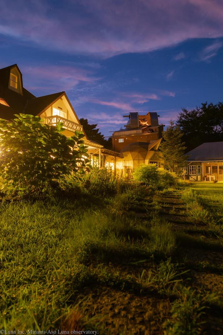 夕暮れの本館と、公開準備中の天文台