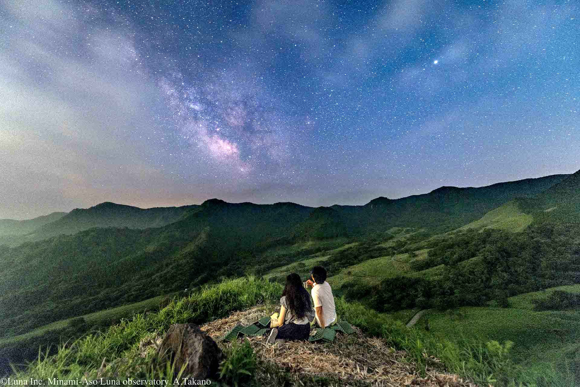 実際に阿蘇で星空を楽しむマタニティご夫婦(2018年)