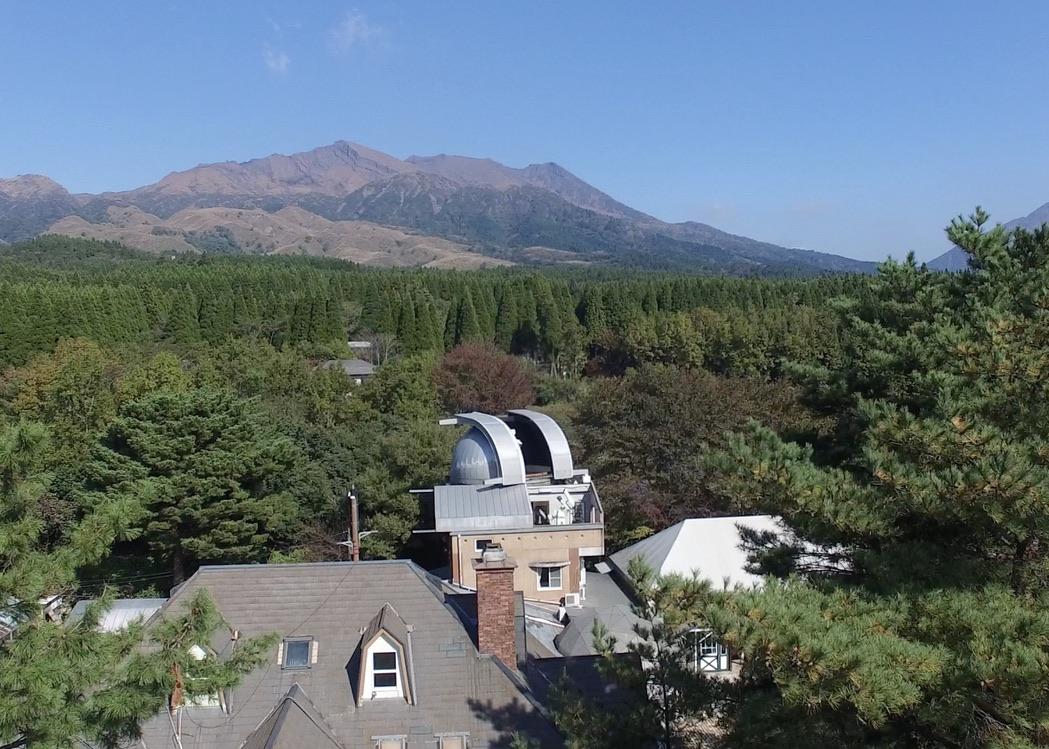 南阿蘇ルナ天文台の周囲には森と山々が広がっている