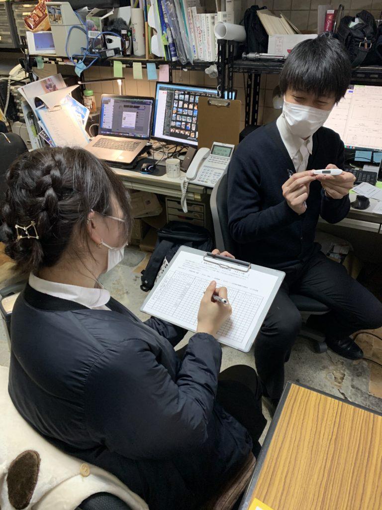 全スタッフの体温、うがい、手洗い、消毒、マスク着用、その他健康状況を毎日チェック